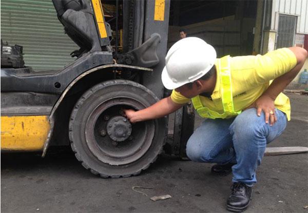 kiểm tra vết nứt lốp xe nâng